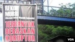 Sekelompok warga Solo melakukan aksi memprotes penegakan hukum kasus korupsi di Indonesia (13/11).