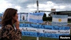 Una mujer observa los mensajes de apoyo a la tripulación del submarino argentino desaparecido desde la semana pasada.
