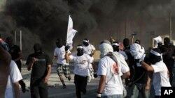 경찰의 진압에 맞서 반정부 시위를 벌이는 시민들(자료사진)