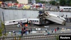 Nhân viên cứu hộ kéo các nạn nhân ra khỏi hiện trường tai nạn. Ðây là một trong những tai nạn đường sắt tệ hại nhất trong lịch sử Châu Âu.
