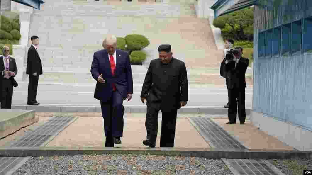 پرزیدنت ترامپ با حضور در منطقه مرزی٬ ابتدا با عبور از مرز دو کره قدم در خاک کره شمالی گذاشت و سپس کیم جونگ اون در کنار رئیس جمهوری آمریکا به خاک کره جنوبی آمد.