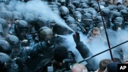 烏克蘭抗議人士星期一在基輔市中心和警察用催淚瓦斯互相噴射。