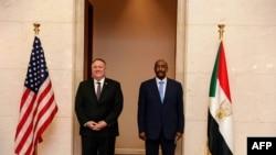 Menteri Luar Negeri AS Mike Pompeo (kiri) bersama Ketua Dewan Kedaulatan Sudan Jenderal Abdel Fattah al-Burhan di Khartoum, 25 Agustus 2020. (Foto: HO/Dewan Media Luar Negeri Sudan / AFP)