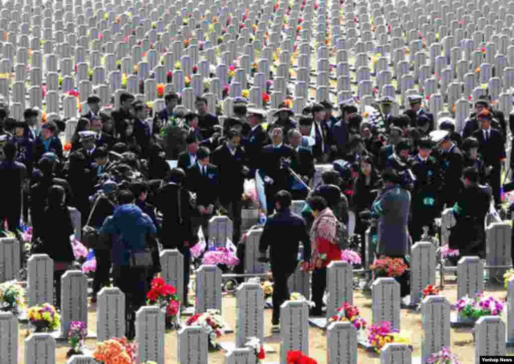 천안함 용사 3주기 추모식이 열린 26일 대전 유성구 국립대전현충원 천안함 46 용사 묘역에 참배객의 발길이 이어지고 있다.