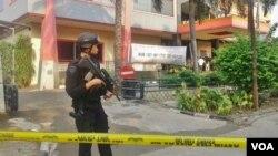 Polisi berjaga di Gedung Multipiranti Graha, Jakarta pasca peristiwa pelemparan granat Senin, 16 November 2015 (VOA/Andylala)