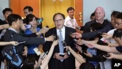 朝核六方会谈美国特使悉尼•塞勒(中)在首尔与韩国外交部高官会谈后对媒体讲话(2015年7月27日)