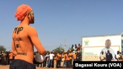 Un supporter de Rock Marc Christian Kaboré, candidat présidentiel du MPP lors d'un meeting le 23 novembre 2015 dans la ville de Saaba. (VOA/Bagassi Koura)