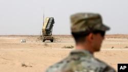 فائل فوٹومیں ایک امریکی فوجی سعودی عرب کی پرنس سلطان ایئر بیس پر پیٹریاٹ میزائل بیٹری کے نزدیک کھڑے ہین