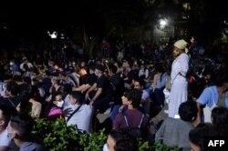 Hasta altas horas de la madrugada, jóvenes artistas cubanos se apostaron frente al Ministerio de Cultura, mientras un pequeño grupo dialogaba con el viceministro, Fernando Rojas. La Habana, 28 de noviembre de 2020.