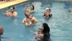 آموزش شنا به نوزادان در یک آموزشگاه در مصر
