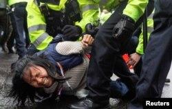 Một cuộc biểu tình chống vắc-xin ở Anh trở nên hỗn loạn.