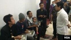 Menlu Retno Marsudi berbincang dengan sejumlah WNI yang berhasil dievakuasi dari Yaman, di Bandara Soekarno Hatta, Minggu, 5 April 2015. (Foto: VOA/Andylala)