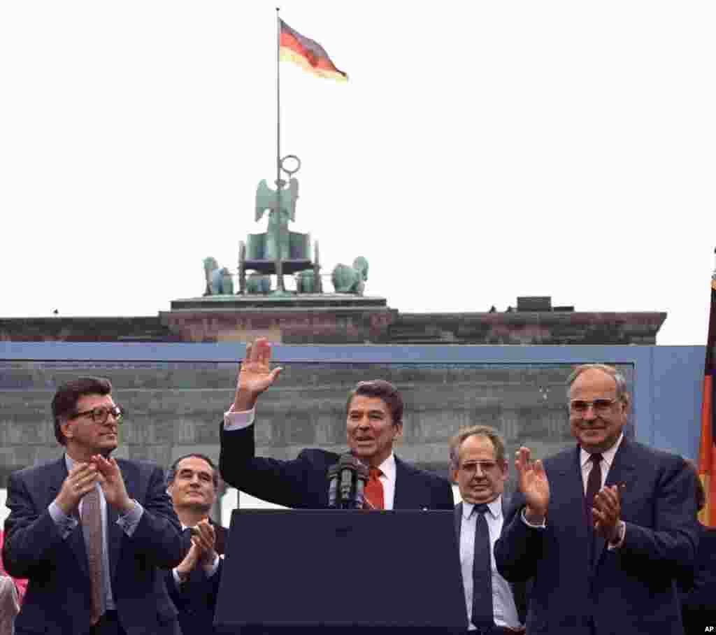 پرزیدنت رونالد ریگان در مقابل دروازه براندنبورگ. پرزیدنت ریگان در سخنرانی خود و خطاب به میخائیل گورباچف ، آخرین رهبر اتحاد جماهیر شوروی گفت: آقای گورباچف، این دیوار را فرو بریز.