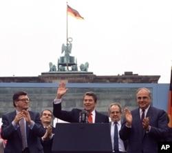 Рональд Рейган выступает с исторической речью у Бранденбургских ворот в Берлине, ГДР, 1987 год