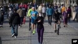 Građani na ulicama Madrida posle ublažavanja restrikcija, 3. maj 2020. (Foto: AP/Manu Fernandez)