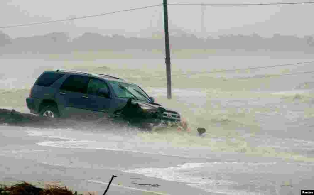 """Автомобиль попал в наводнение, вызванное ураганом """"Харви"""", Пойнт Комфорт, штат Техас, 26 августа 2017 года."""