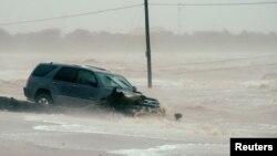 Automobil u bujici vode u Hjustonu