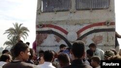 ہلاک ہونے والے بچوں کے رشتہ دار ریل گاڑی کے گرد جمع ہیں۔