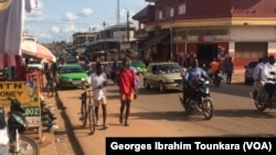 Une scène de vie quotidienne à Daloa, Côte d'Ivoire, septembre 2017. (VOA/ Georges Ibrahim Tounkara)
