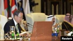 Sekjen PBB Ban Ki-moon (kiri) dalam Konferensi penggalangan dana kemanusiaan untuk Suriah di Istana Bayan, Kuwait (30/1).