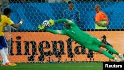 Penjaga gawang Kroasia Stipe Pletikos saat berlaga mempertahankan gawangnya dari tendangan bola Neymar dari Brazil dalam pertandingan pertama turnamen sepakbola Piala Dunia 2014 di Sao Paulo, Brazil (12/6).
