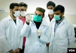 ڈاکٹر محمد زمان اپنی ٹیم کے ساتھ