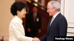 29일 청와대에서 코커 미국 상원 외교위원회 간사(오른쪽)를 접견한 박근혜 한국 대통령.