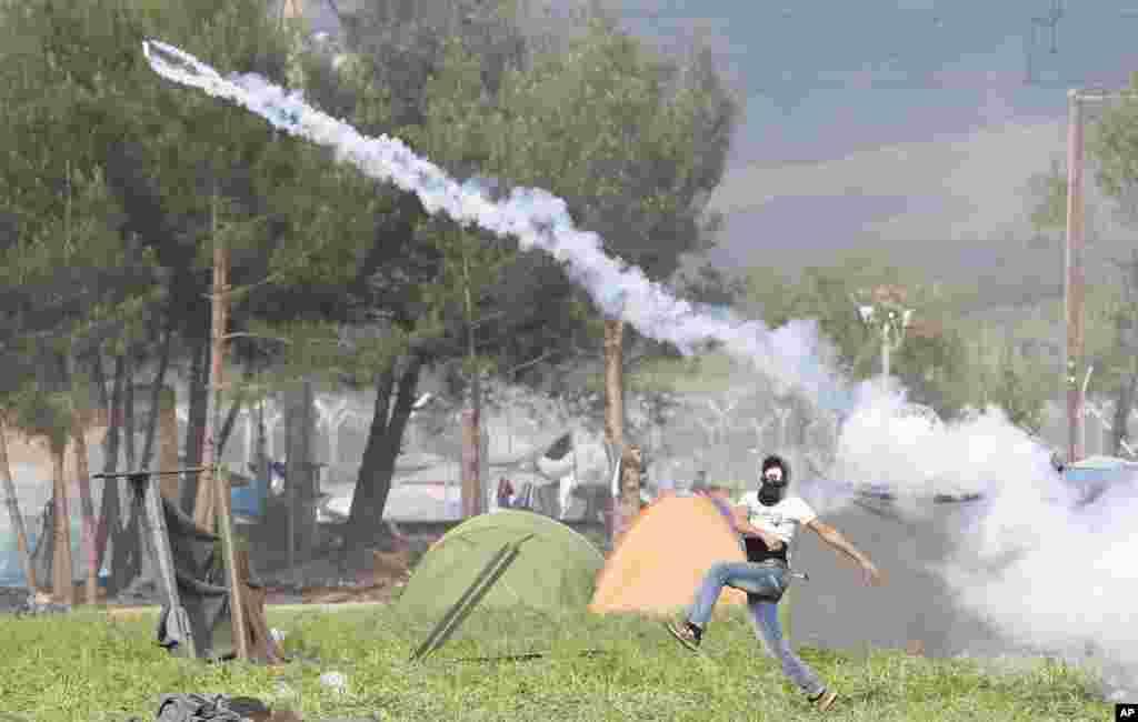 Yunanistan İdomeni mülteci kampında protestocu mülteci.