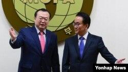 류젠차오 중국 외교부 부장조리(왼쪽)가 16일 서울 도렴동 외교부 청사에서 이경수 외교부 차관보와 회동했다.