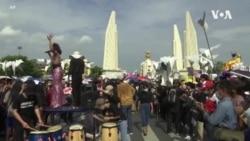 數千人聚集曼谷街頭抗議 施壓政府王室改革