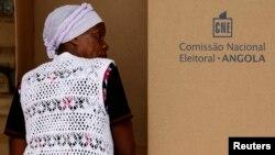 Mulher vota na capital Luanda nas eleições parlamentares de 2012 (foto de arquivo)