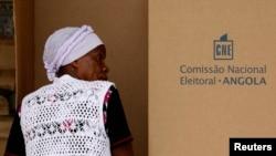 Mulher vota na capital Luanda nas eleições parlamentares de 2012
