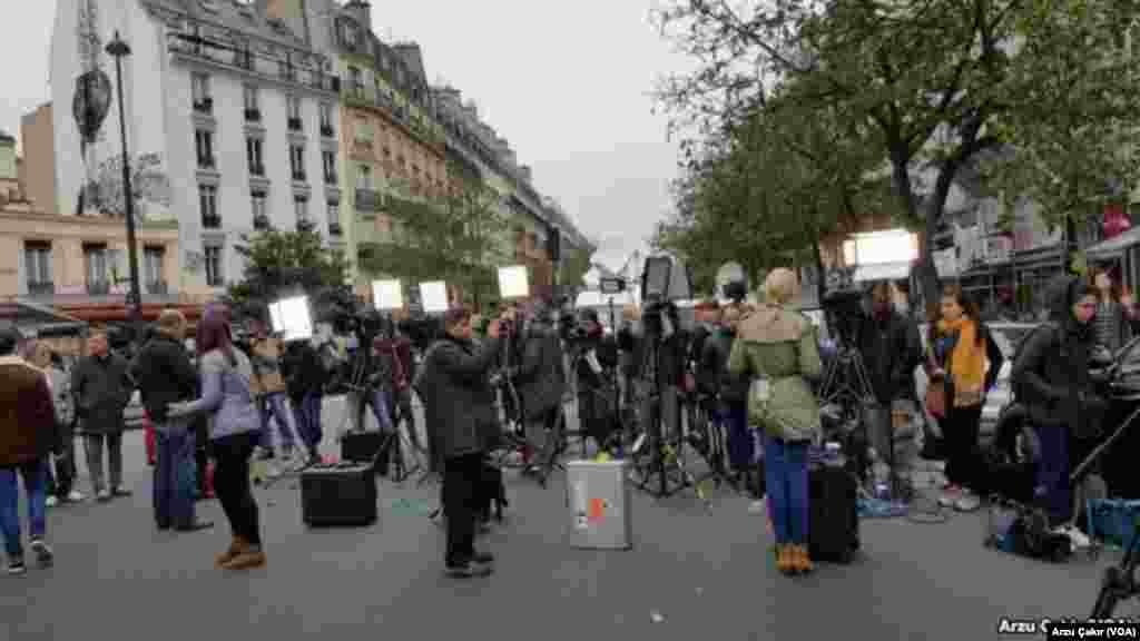 Members of the media gather at a memorial in Paris after terrorist attacks on Friday left 129 dead and hundreds wounded. (VOA/Arzu Çakır)