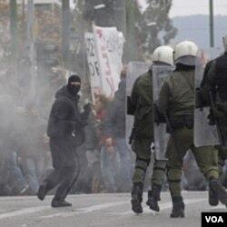 Polisi Yunani bentrok dengan para demonstran yang memrotes langkah penghematan pemerintah di Athena (10/2).