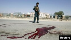 지난달 22일 아프가니스탄 가즈니에서 폭탄테러 현장을 경찰이 지키고 있다. (자료사진)