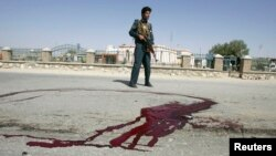 지난 5월 무장분자에 의한 테러 현장을 수색하는 아프가니스탄 경찰. (자료사진)