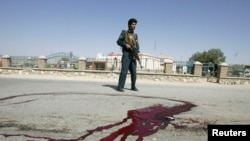 Cảnh sát Aghanistan canh gần các vết máu trên mặt đất tại các hiện trường một vụ nổ bom ở tỉnh Ghazni.