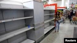 Los venezolanos viven la nueva realidad de una creciente escasez que alcanza a todos los productos de la canasta familiar.