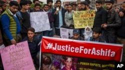 Les élèves participent à une manifestation contre le viol et le meurtre d'Asifa, une fillette de 8 ans qui a été kidnappée et son corps mutilé retrouvé dans les bois une semaine plus tard, à Srinagar, en Inde, le 11 avril 2018.