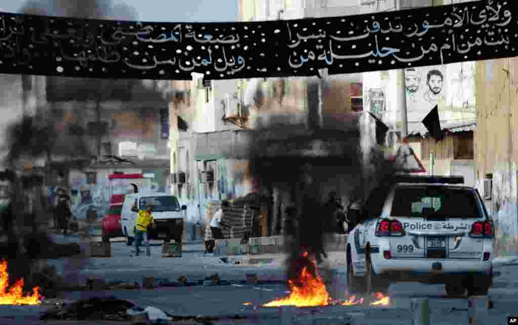 Anti-government protesters clash with riot police in Malkiya village, Bahrain, January 7, 2013.
