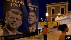 Poster bergambarkan John F. Kennedy dan Barack Obama di San Juan, Puerto Rico. (Foto: Dok)