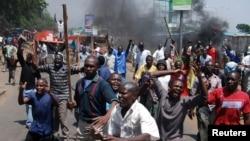 Waandamanji katika picha ya awali kwenye mji wa Kisumu karibu na eneo la maanadmano ya Jumatano.