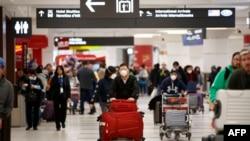 加拿大國際機場有戴口罩的過客。