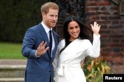 영국의 해리 왕자와 약혼녀 메건 마클이 런던 켄싱턴궁 정원에서 사진기자들을 위해 포즈를 취하고 있다. 영국 왕실은 해리 왕자가 미국의 할리우드 여배우 마클과 내년 봄 결혼할 예정이라고 밝혔다.
