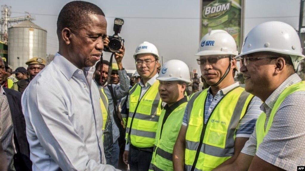 赞比亚总统埃德加·伦格(左)2018年9月15日在赞比亚卢萨卡的一条主要道路上与中国航空工业集团公司(AVIC Intl)的中国工人会面并致意。