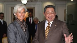 Indonesian President Susilo Bambang Yudhoyono, right, greets International Monetary Fund Managing Director Christine Lagarde prior to their meeting at the palace in Jakarta, Indonesia, July 10, 2012.