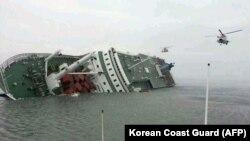 Un helicóptero llega para asistir en las operaciones de búsqueda y rescate, luego de que un transbordador zozobró frente a las costas de Corea del Sur.
