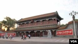 """中国权力中枢所在地中南海的大门新华门,两侧有""""伟大的中国共产党万岁""""、""""战无不胜的毛泽东思想万岁""""的标语"""