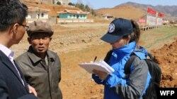 FAO/WFP 조사팀이 지난 4월 북한 황해북도 은파군에서 식량 안보 상황을 조사하고 있다. WFP/James Belgrave.