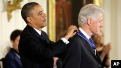 美國總統奧巴馬頒與前總統克林頓最高榮譽的勳章-自由勳章